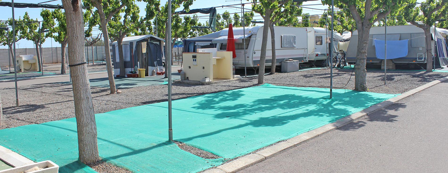 Plazas de caravana totalmente adecuadas y organizadas, con amplio espacio de aparcamiento