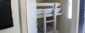 Lons niños descansan en las instalazones del camping de monmar en literas preaparadas en los bungalows